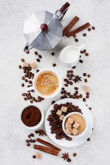 Odgórny widok kawowy pojęcie na stole