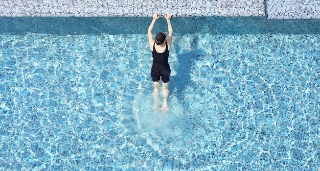 Odgórny widok kobieta przy pływackim basenem.