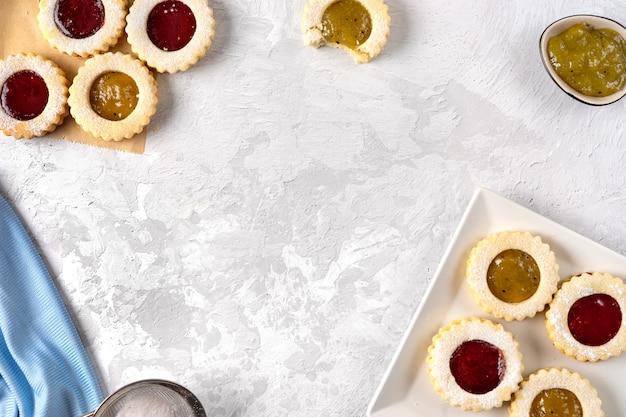 Odgórny widok kolorowi linzer ciastka na świetle