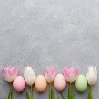 Odgórny widok kolorowi tulipany i easter jajka z kopii przestrzenią