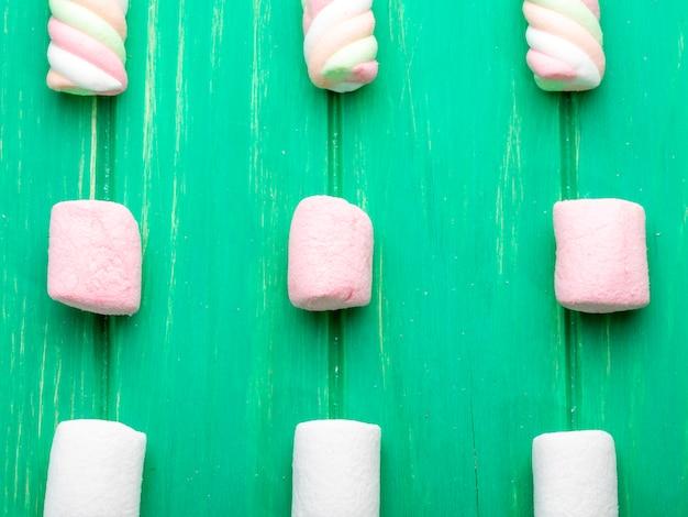 Odgórny widok kolorowy marshmallow na zieleni