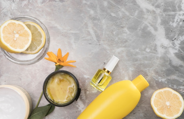 Odgórny widok kosmetyki na marmurowym tle