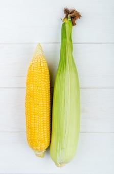 Odgórny widok kukurudze na biel powierzchni