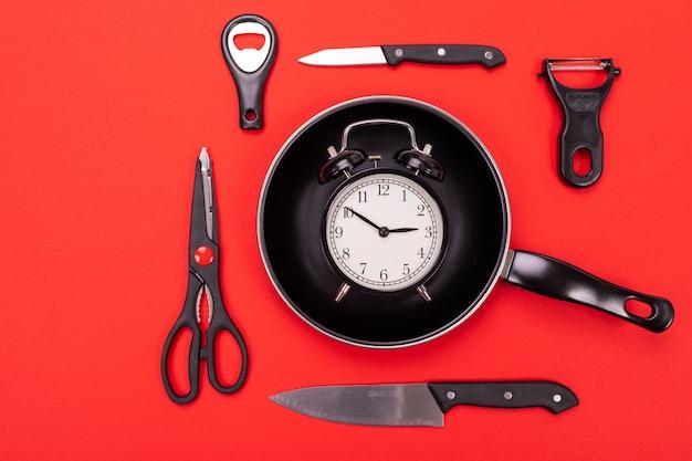 Odgórny widok kulinarny naczynie skład w kuchni na czerwieni