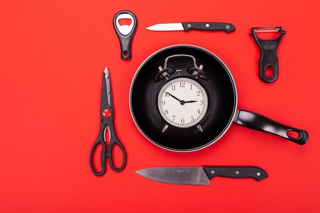 Odgórny widok kulinarny naczynie skład w kuchni odizolowywającej na czerwieni