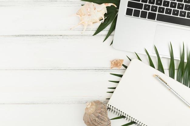 Odgórny widok laptop i agenda na drewnianym stole