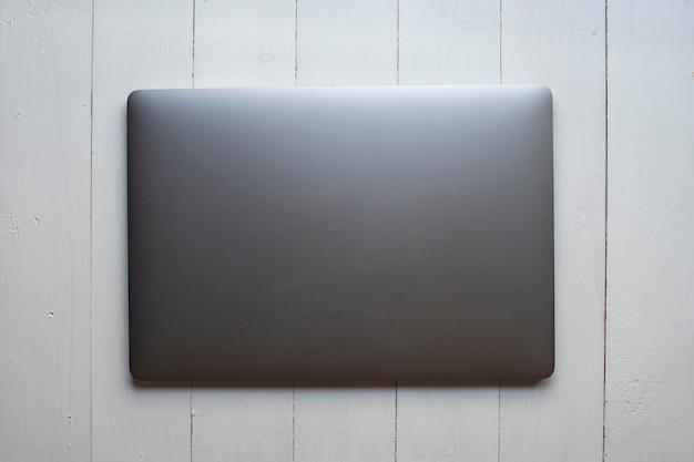 Odgórny widok laptop na białym drewnianym tle