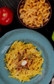 Odgórny widok makaronowy makaron w talerzu z pomidorem