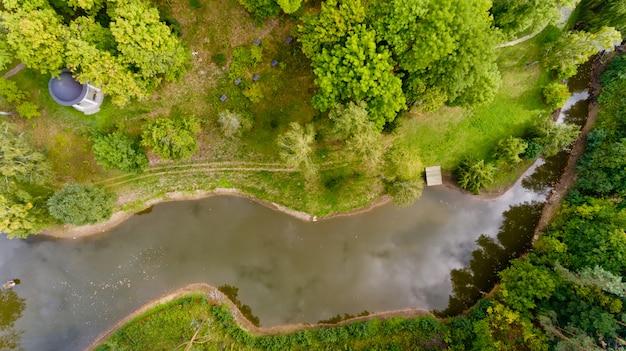 Odgórny widok mały jezioro w zielonym lesie. widok z lotu ptaka.