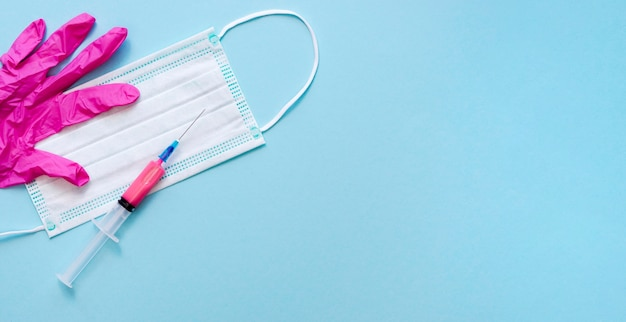 Odgórny widok medyczna maska z strzykawki i kopii przestrzenią