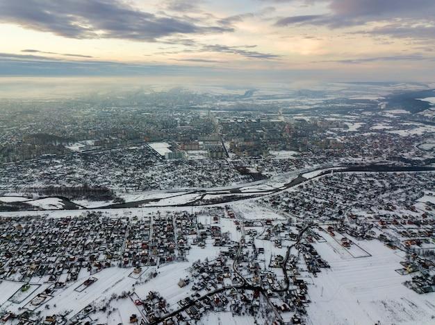 Odgórny widok miast przedmieścia lub miasteczko ładni domy na zima ranku na chmurnego nieba tle