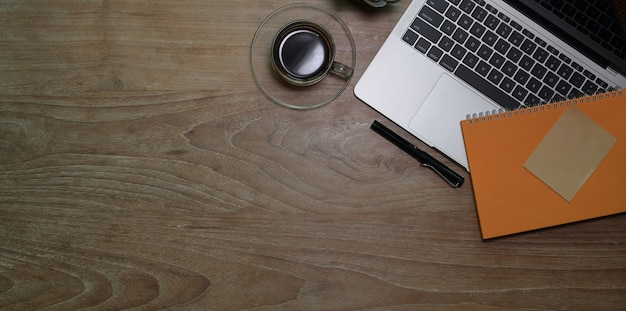 Odgórny widok miejsce pracy z laptopem z filiżanką i notatnikiem
