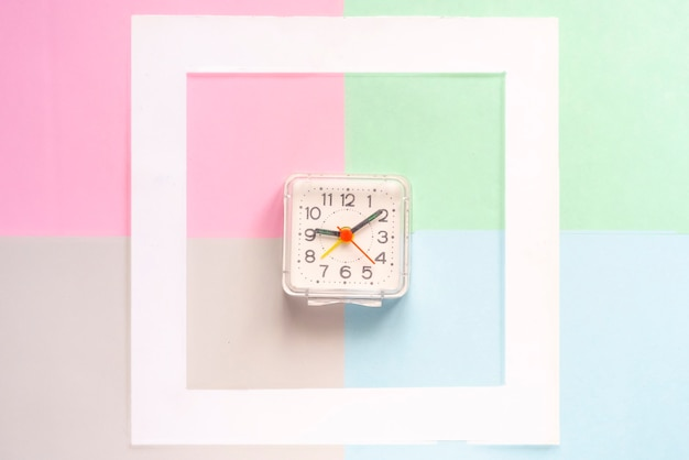 Odgórny widok minimalistyczny pojęcie z roczników zegarkami w biel pustej ramie odizolowywającej na kolor powierzchni f