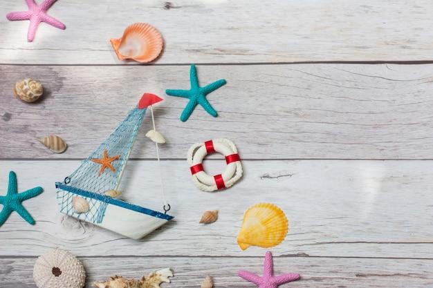 Odgórny widok morska dekoracja na białym tle. koncepcja żeglarska.