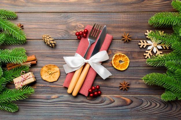 Odgórny widok naczynia na świątecznej pielusze na drewnie