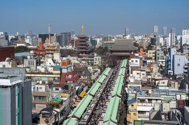 Odgórny widok nakamise zakupy ulica w asakusa i sensoji świątyni w asakusa