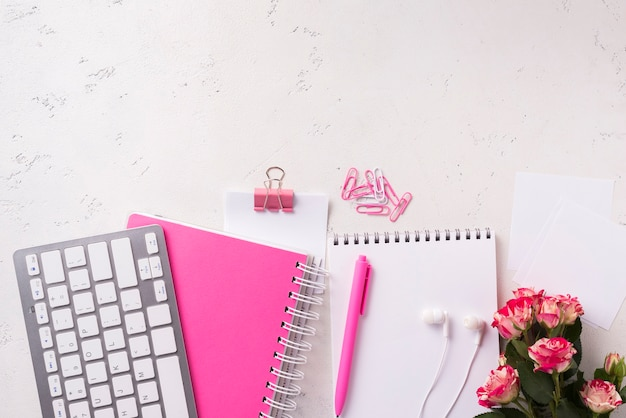 Odgórny widok notatniki na biurku z bukietem róż i kopii przestrzeń