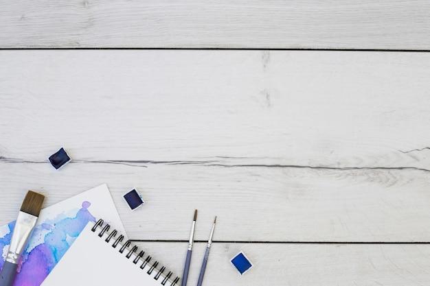 Odgórny widok nowożytny artysty biurko z akwareli wyposażeniem