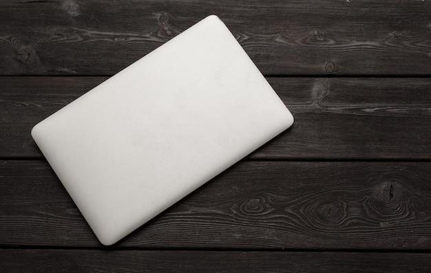 Odgórny widok nowożytny laptop na drewnianym biurku