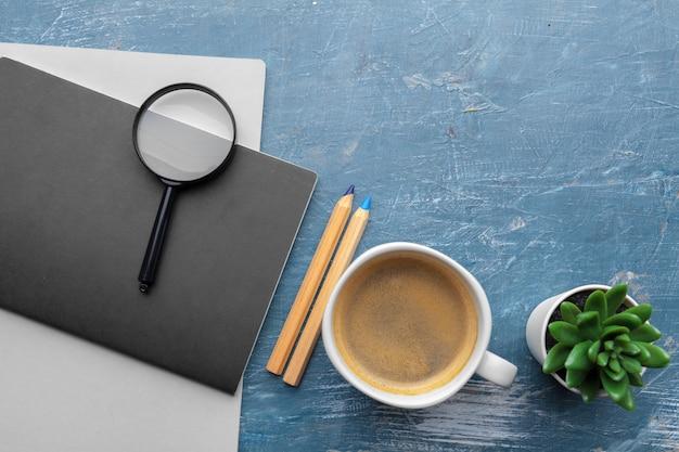 Odgórny widok nowożytny miejsce pracy na błękita stole