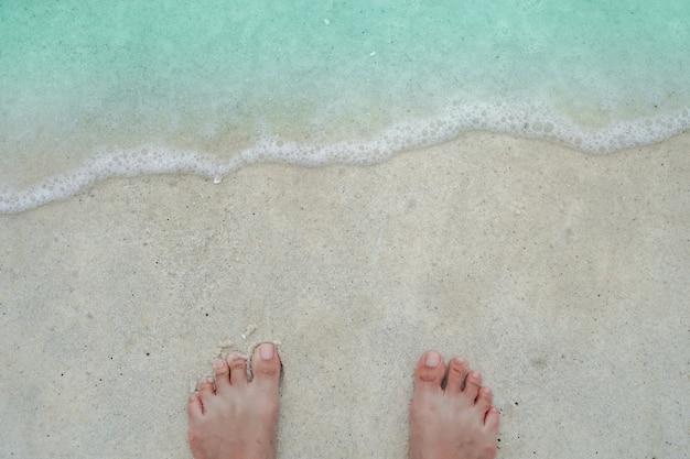 Odgórny widok piaska i wody czysta plaża i biały piasek w lecie z słońca bławym niebem i bokeh tłem.