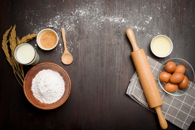 Odgórny widok piekarnia składniki na czarnym drewnianym stole
