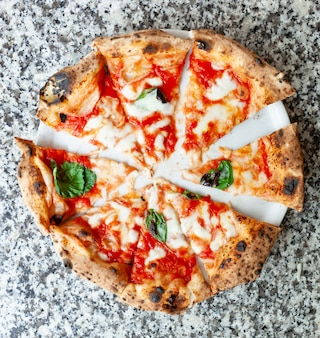 Odgórny widok plasterki pizzy margherita.