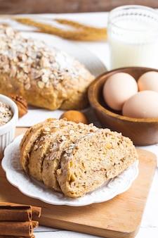 Odgórny widok pokrojony wholegrain chleb na drewnianej tnącej desce