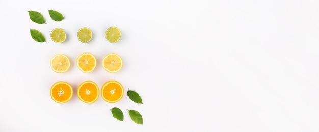 Odgórny widok pomarańcze, llemon i wapna plasterki układający na abstrakcjonistycznym białym tle