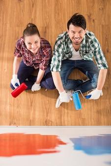 Odgórny widok potomstwo para robi naprawie w domu.