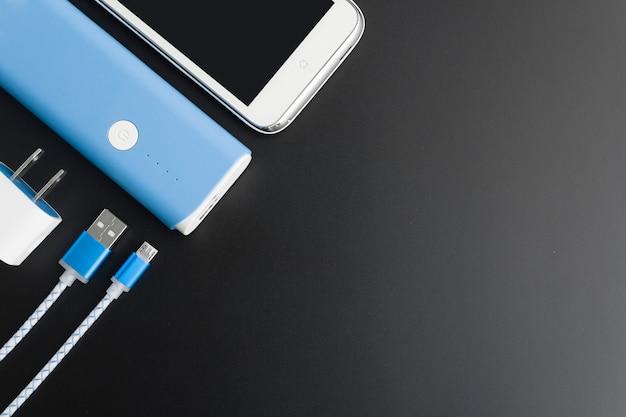 Odgórny widok powerbank ładuje smartphone z copyspace
