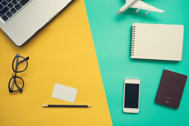 Odgórny widok pracy biurko z laptopu pustym notatnikiem
