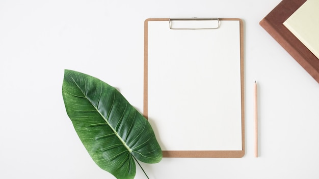 Odgórny widok pusta białego papieru notatka.