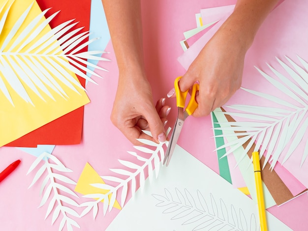 Odgórny widok robi papierowym dekoracjom kobieta