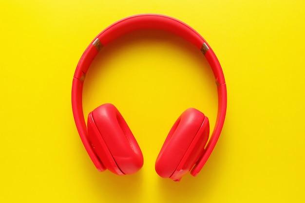Odgórny widok różowa słuchawki na żółtym tle.
