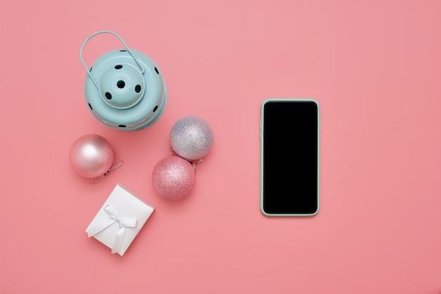 Odgórny widok różowe boże narodzenie piłki i nowa lampa na menchii powierzchni. święta noworoczne. skopiuj miejsce
