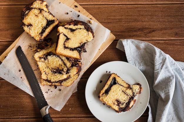 Odgórny widok słodkiego chleba plasterki na drewnianym stole