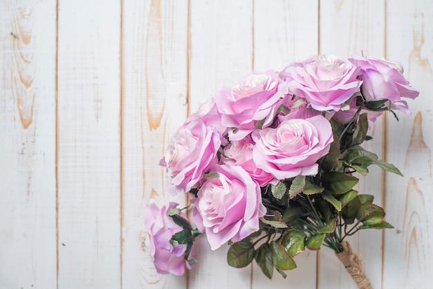Odgórny widok ślub kwitnie na białym drewnianym tle
