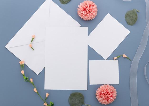 Odgórny widok ślubny pojęcie z kwiatami