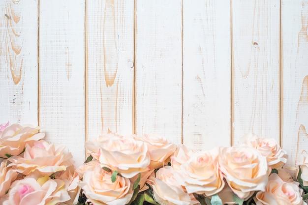 Odgórny widok ślubów kwiaty na białym drewno ramy tle
