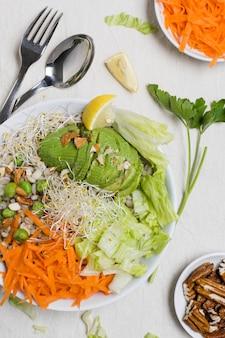 Odgórny widok surowi warzywa na talerzu