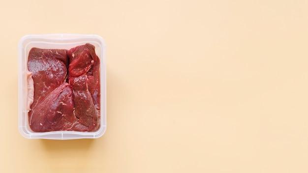 Odgórny widok surowy mięso z kopii przestrzenią