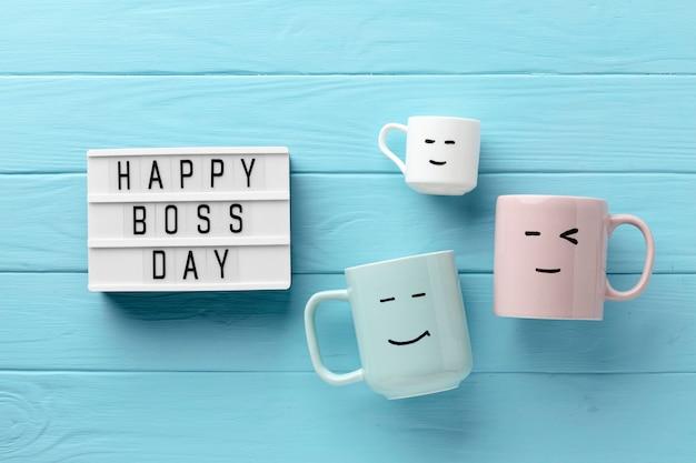 Odgórny widok szczęśliwy szefa dnia pojęcie
