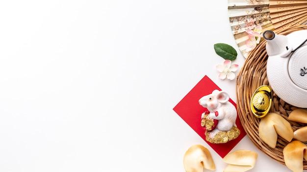 Odgórny widok szczur figurka i teapot chińczyka nowy rok