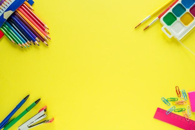 Odgórny widok szkolne dostawy na żółtym tle. powrót do szkoły