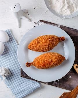Odgórny widok tradycyjny ukraiński kuchnia kurczak kiev na drewnianej tnącej desce