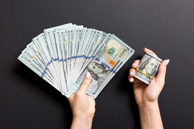 Odgórny widok trzyma fan sto dolarów żeńska ręka. koncepcja pożyczki. koncepcja dobrobytu