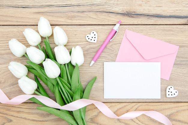 Odgórny widok tulipanu bukiet na drewnianym stole