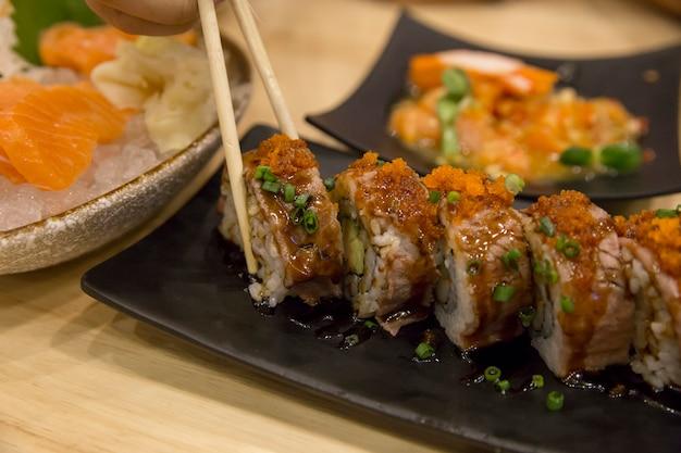 Odgórny widok wagyu wołowiny japonia oryginalny suszi na czarnym tle, ostrość selekcyjna.
