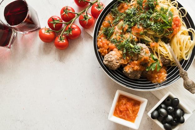Odgórny widok wyśmienicie makaronu naczynie z składnikami